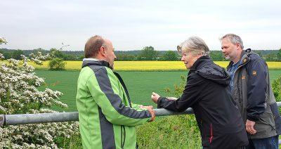 Grüne Fraktion Obertshausen begutachtet das strittige Gebiet südlich der A3. Blick von der Brücke Heusenstammer Strasse. (vl) Dr. Klaus-Uwe Gerhardt, Christel Wenzel-Saggel und Oliver Bode